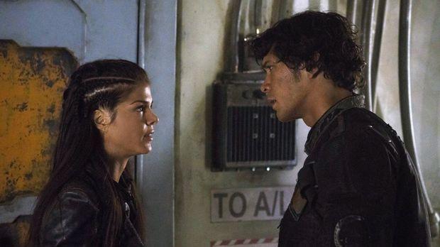 Octavia (Marie Avgeropoulos, l.) kann nicht glauben, was aus ihrem Bruder Bel...