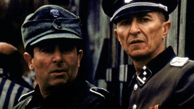Prentice (Alex Daikun, r.) und Zgierski (Saul Rubinek, l.) reisen als Soldate...