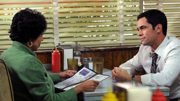 Scott Valens (Danny Pino, r.) trifft sich mit seiner Mutter Rosa (Terry Hoyos...