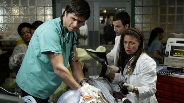Versuchen alles, um den Patienten das Leben zu retten: Abby (Maura Tierney, r...