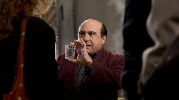 Walter (Danny DeVio, M.) war einst ein großer Magier - jetzt versucht er, an...