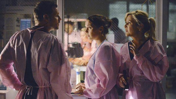 Matthew (Justin Chambers, l.) kommt ins Krankenhaus um dem unterbesetzten Per...
