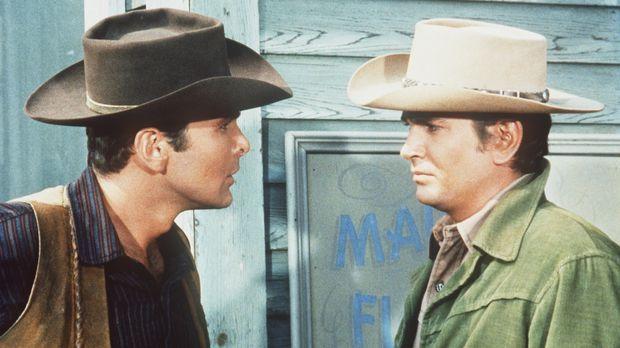 Little Joe (Michael Landon, r.) gerät mit Dan Taggert aneinander. Da fordert...