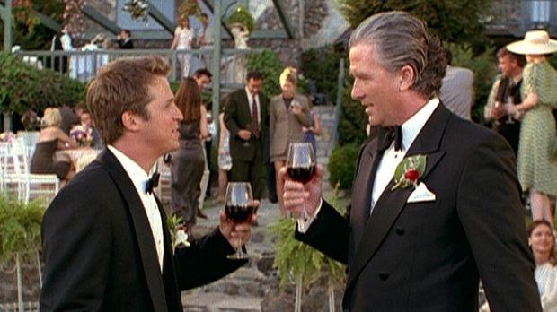 Wayde Garrett (Patrick Duffy, r.) ahnt nicht, dass der Drink, der ihm von sei...