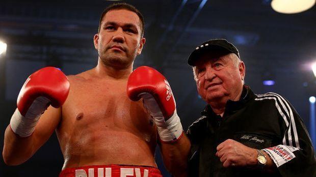 Kubrat Pulev (li., neben Trainerlegende Ulli Wegner) peilt in Sofia den nächs...