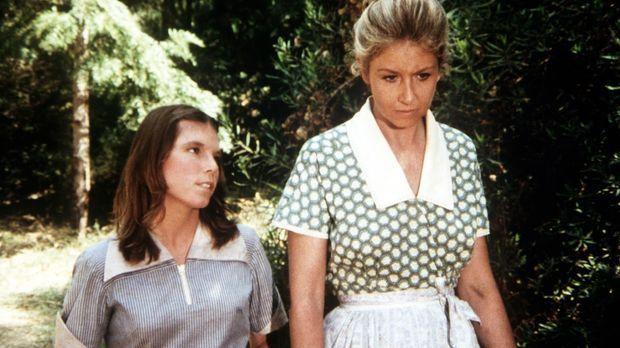 Die unglückliche Vera (Lindsay V. Jones, l.) gesteht Olivia Walton (Michael L...