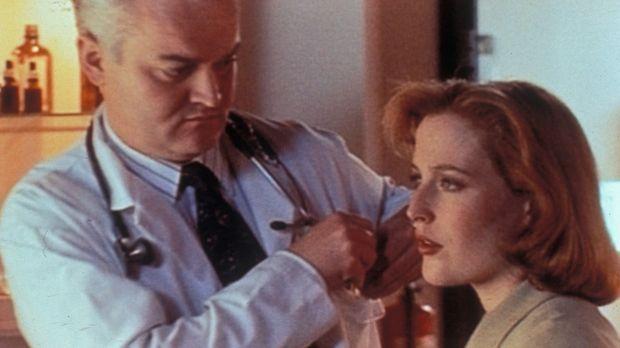 Nachdem der Metalldetektor des FBIs mehrmals bei Dana Scully (Gillian  Anders...