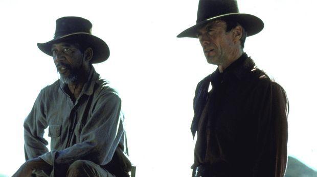 Munny (Clint Eastwood, r.) soll sich auf die Suche nach zwei Cowboys machen,...