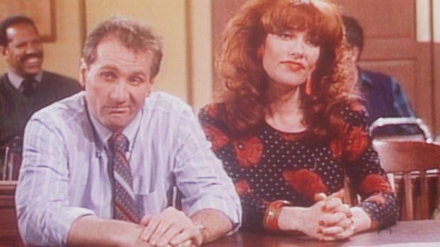 Al (Ed O'Neill, l.) und Peggy (Katey Sagal, r.) klagen vor Gericht auf Schade...