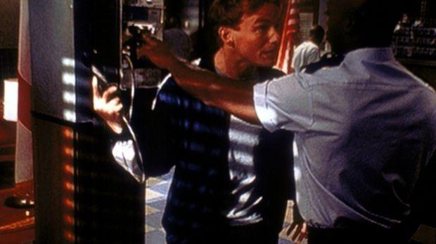 Lois (Jane Kaczmarek, l.) will nicht wahrhaben, was Malcolm (Frankie Muniz, r...