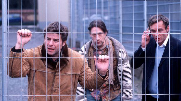 Jupp (Uwe Fellensiek, l.) und Falk (Dirk Martens, r.) vermuten, dass Pepe Lud...