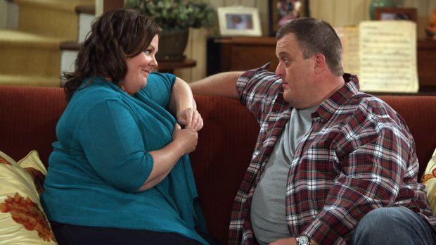 Mike (Billy Gardell, r.) ist ganz hingerissen von Molly (Melissa McCarthy, l....
