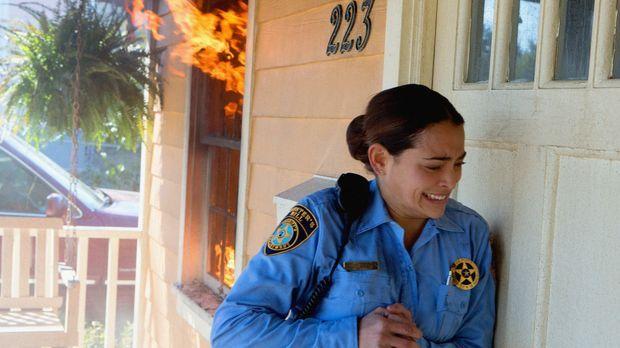 Panik bricht in der Stadt aus als ein Haus Feuer fängt, doch die Feuerwehr is...