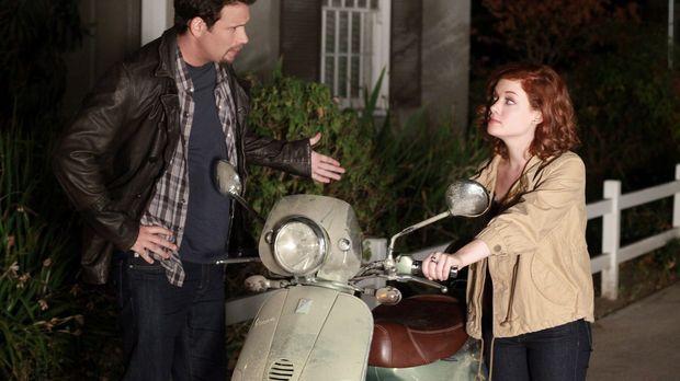 Als George (Jeremy Sisto, l.) Tessa (Jane Levy, r.) mal wieder zu spät abholt...