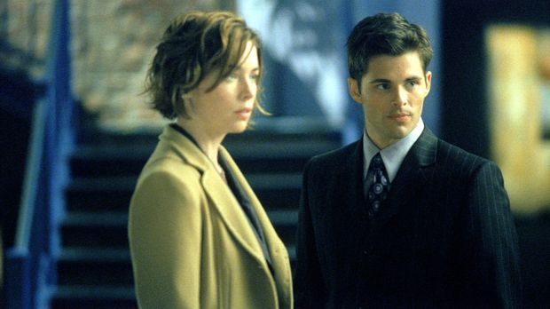 Als Jenny Shaw (Julianne Nicholson, l.) und Glenn Foy (James Marsden, r.) plö...
