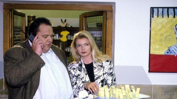 Benno Berghammer (Ottfried Fischer, l.) lässt sich von Maria Umlauf (Michaela...