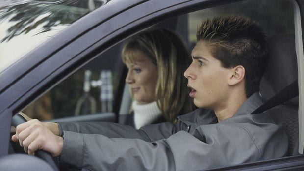 Reese (Justin Berfield, r.) ist in seiner ersten Fahrstunde völlig überforder...