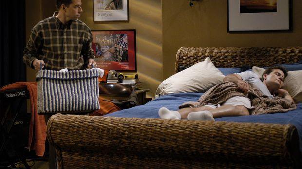 Nachdem Berta gekündigt hat, da sie sich von Alan (Jon Cryer, l.) nicht vorsc...