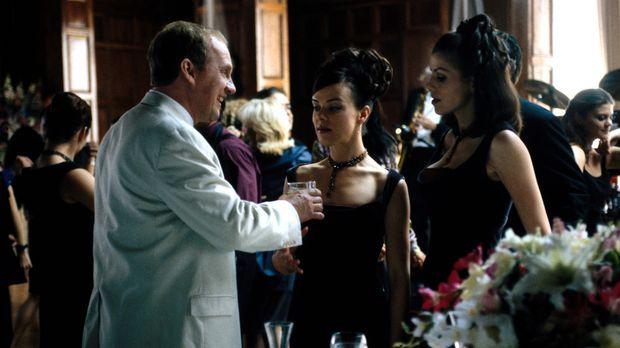 Auf einer Hochzeitsfeier lässt es sich Jackie (Debi Mazar, M.) gut gehen ......