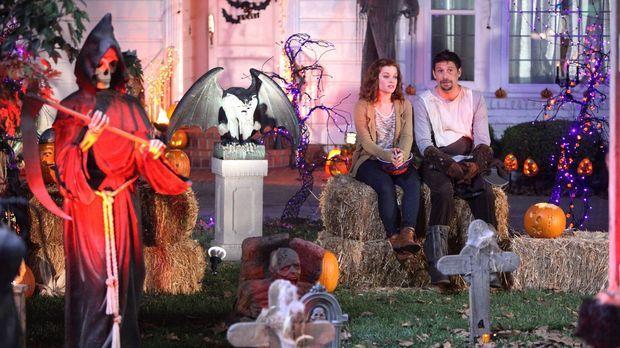 Halloween in Chatswin: George (Jeremy Sisto, r.) und Tessa (Jane Levy, l.) .....