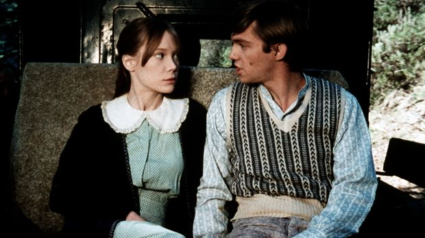 John-Boy (Richard Thomas, r.) ist mit Sarah Jane Simmons (Sissy Spacek, l.) a...