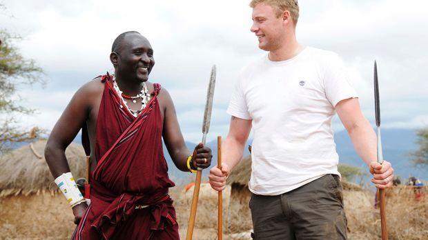Zusammen mit dem Massai Ältesten Thomas Ole-Kuya begibt sich Freddie Flintoff...