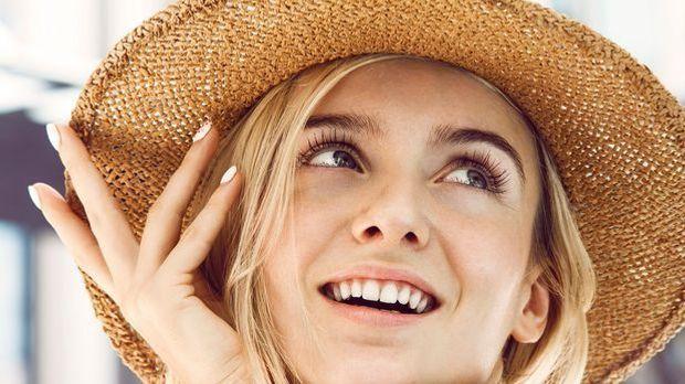 Mit einem perfekten und natürlichen Sommer-Make-up ziehen Sie am Strand garan...