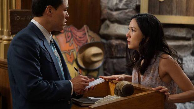 Jessica (Constance Wu, r.) hat sich beschwert, dass sie ganz allein den Haush...