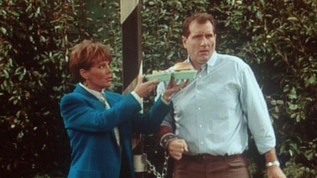 Marcy (Amanda Bearse, l.) versucht, Als (Ed O'Neill, r.) Zivilcourage mit ein...