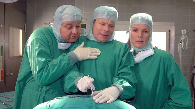 Doktor Wegner (Mathias Schlung, M.) hat sich immer noch nicht an den Anblick...