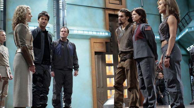 Auch, wenn Captain Helia (Megan Leitch, l.) dem Stargate-Team (Joe Flanigan,...