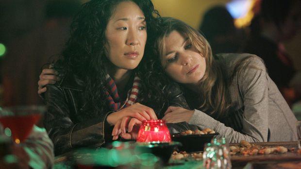 In der Bar fordert Meredith (Ellen Pompeo, r.) Cristina (Sandra Oh, l.) zu ei...