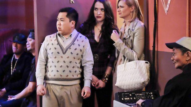 Max (Kat Dennings, M.) und Caroline (Beth Behrs, 2.v.r.) können nicht glauben...