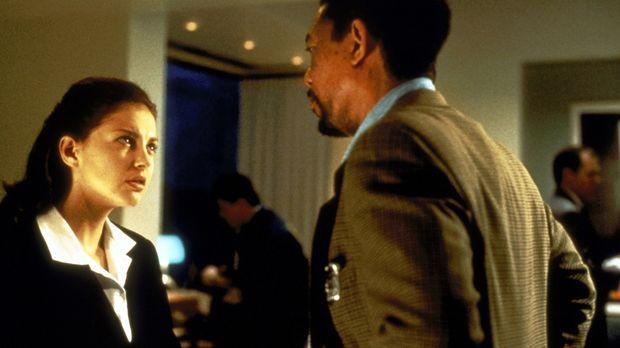 Von der örtlichen Polizei erhält Alex (Morgan Freeman, r.) wenig Beistand. Le...