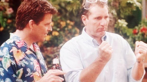 Al (Ed O'Neill, r.) zeigt Jefferson (Ted McGinley, l.), wie man eine Hundehüt...