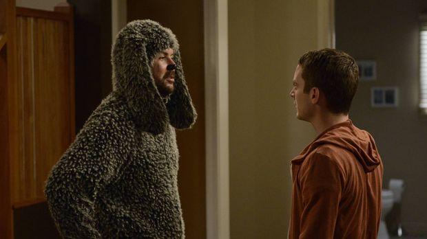 Noch ahnt Ryan (Elijah Wood, r.) nicht, was die Hündin im Haus bei Wilfred (J...