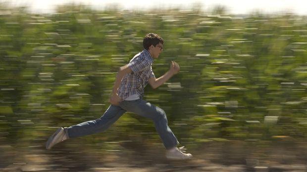 Rückblende: Eines Tages entdeckt der 15-jährige Clark (Stephen Bender) seine...