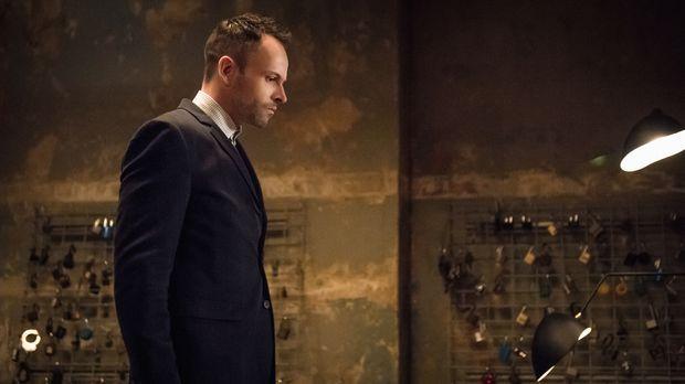Als Holmes (Jonny Lee Miller) Joan Watson nicht erreichen kann, denkt er zunä...