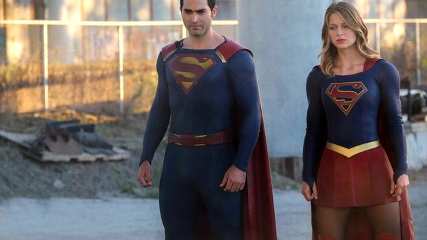 Cadmus greift National City an. Kara alias Supergirl (Melissa Benoist, r.) un...