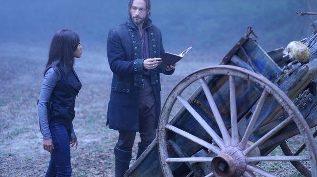 Als Ichabod (Tom Mison, r.) und Abbie (Nicole Beharie, l.) im Buch von Benjam...