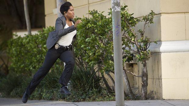 Detective Lydia Adams (Regina King) jagt eine junge Frau, die des Mordes verd...