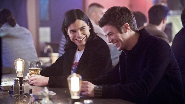 Als Cisco (Carlos Valdes, l.) und Barry (Grant Gustin, r.) in einer Bar anges...