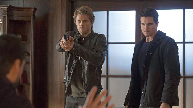 Können John (Luke Mitchell, l.) und Stephen (Robbie Amell, r.) ihren Anteil a...