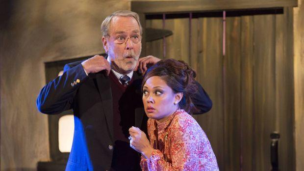 Überraschend hilft Crawford (Martin Mull, l.) seiner Schwiegertochter Camilla...