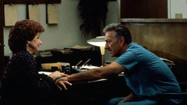 Marsha Leventhal (Chevi Colton, l.) bittet Quincy (Jack Klugman, r.) um Hilfe...