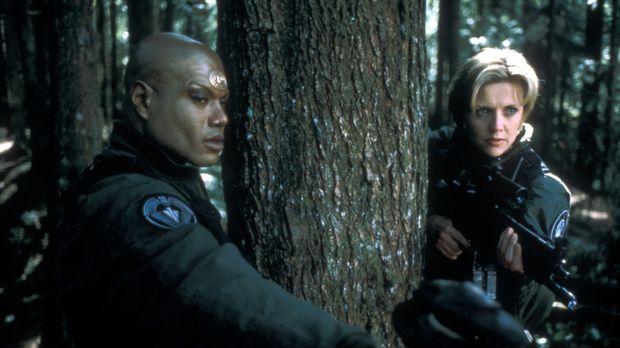 Können Teal'c (Christopher Judge, l.) und Carter (Amanda Tapping, r.) ihren F...