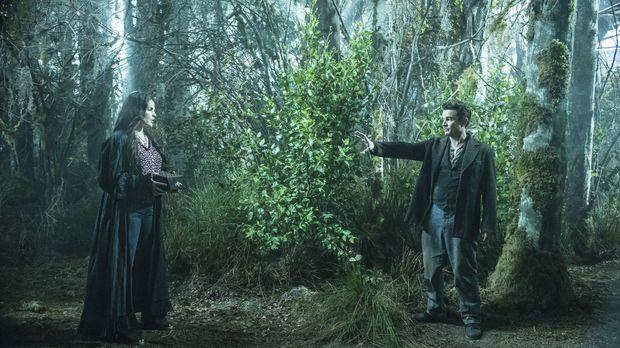 Tarkoff (James Marsters, r.) wird Joanna (Julia Ormond, l.) nicht ohne weiter...