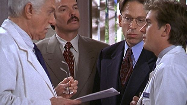 Dr. Mark Sloan (Dick Van Dyke, l.) und Jesse (Charlie Schlatter, r.) diskutie...