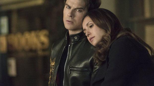 Während Damon (Ian Somerhalder, l.) und Elena (Nina Dobrev, r.) sowohl über d...