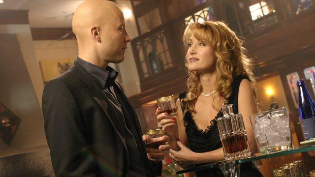 Überraschend kehrt Jasons Mutter Genevieve (Jane Seymour, r) nach Smallville...